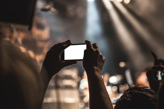 Nikmati konsernya bukan ponselnya
